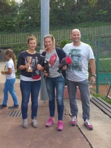 Caroline Steiner und Nadia Brunel mit Sportvereinsobmann Kurt Chistè